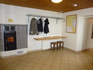 Le hall d'entrée accueille vos chaussures et vos vêtements même mouillés. Des chaussons colorés vous y attendent.